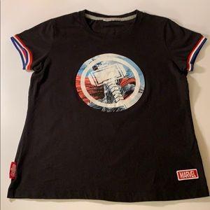 Boy's cute Marvel Avengers T shirt size small.